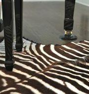 Шкура зебры - атрибут африканского сафари.